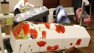 Varios modelos de ataúdes decorados fueron presentados en el Salón de la Muerte, Carrousel del Louvre, el 7 de abril de 2011.