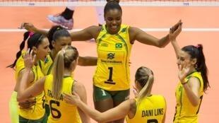 A seleção feminina venceu o Canadá por 3 sets a 0 (25/14, 25/8 e 25/18).
