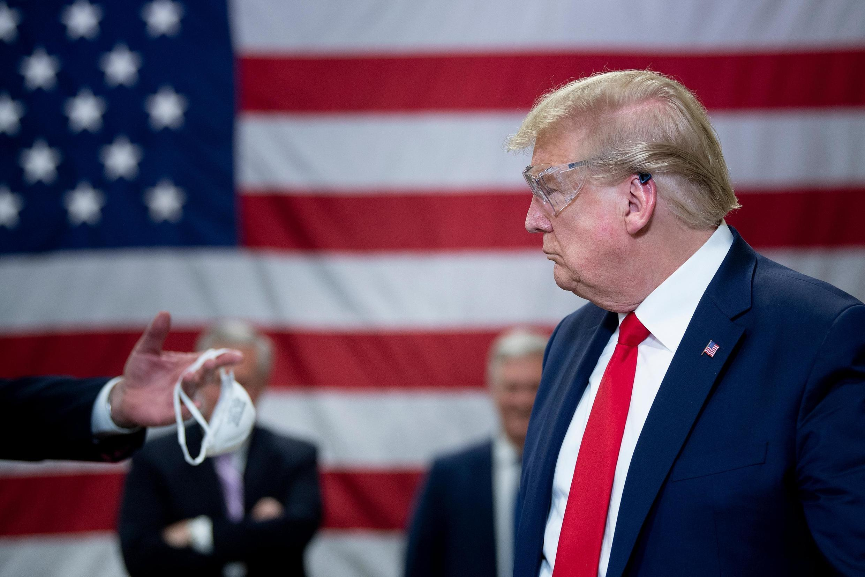 Tổng thống Mỹ Donald Trump trong chuyến thăm một nhà xưởng sản xuất khẩu trang N95 tại Phoenix, bang Arizona, ngày 05/05/2020.