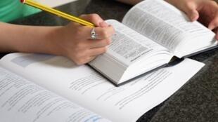Il faudra comprendre les points essentiels quand un langage clair et standard est utilisé et s'il s'agit de choses familières.