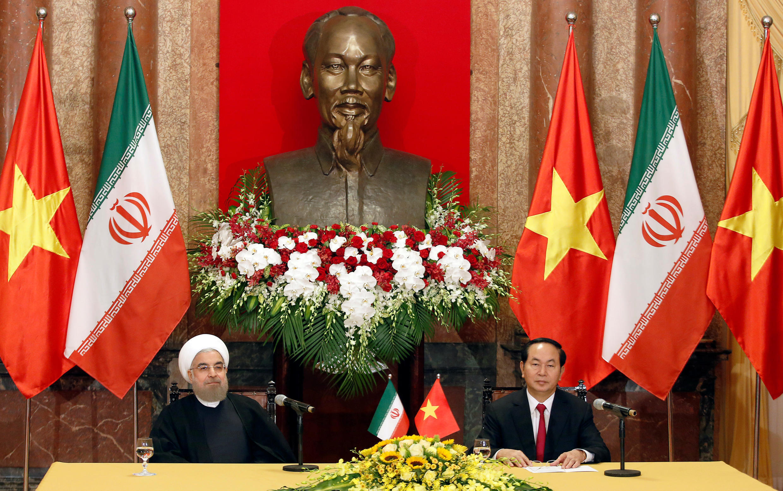 حسن روحانی با همتای ویتنامی خود، زیر مجسمۀ هو شی مین