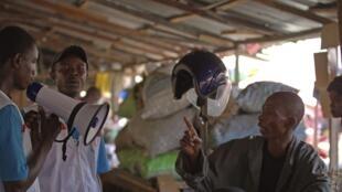 几内亚首都科纳克里的医护人员在宣传防治埃博拉病毒。