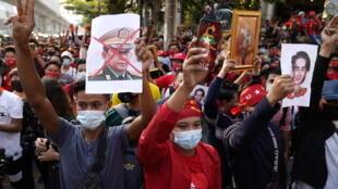 缅甸军方政变逮捕文职政府领导人昂山素季等人。民盟支持者在缅甸驻泰国大使馆外集会抗议2021年2月1日曼谷