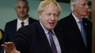 British Prime Minister Boris Johnson (c) with European Brexit negotiator Michel Barnier (d) on 17 October 2019 in Brussels.
