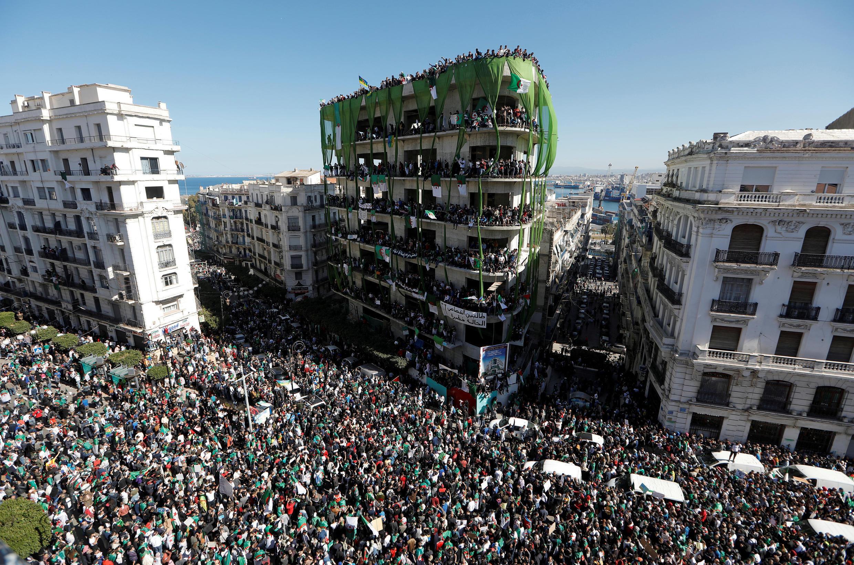 Milhares de argelinos festejam o que pode ser uma nova era na política do país. (03/04/2019)
