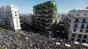 Dubban 'yan Algeria a birnin Algiers.