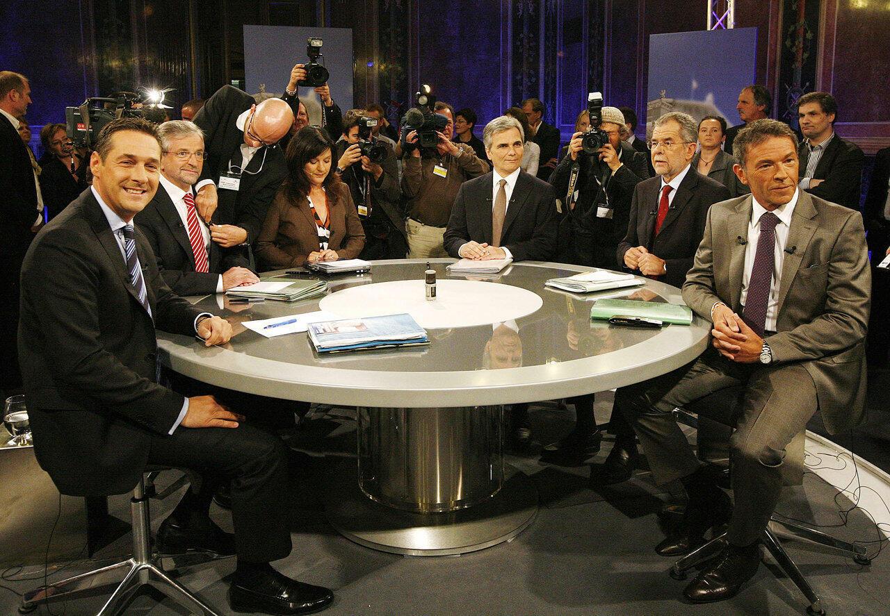 Septembre 2008, Vienne. De gauche à droite: M. Strache (FPÖ), Wilhelm Molterer, alors vice-chancelier (ÖVP), la présentatrice Ingrid Thurnher, l'écologiste Alexander Van der Bellen, devenu depuis président, et enfin M. Haider, Landeshauptmann de Carinthie.