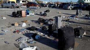 Des bagages et des déchets sur le port de Marsh Harbour, après le passage de Dorian aux Bahamas, le 6 septembre 2019.