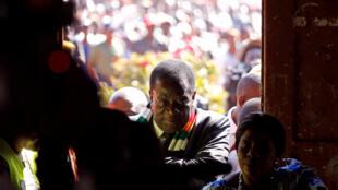 Le président zimbabwéen, Emmerson Mnangagwa, arrive pour voter dans un bureau de Kwekwe pour les élections générales du 30 juillet 2018.
