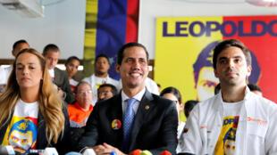 委內瑞拉自任臨時總統瓜伊多(中)2019年2月18日加拉加斯
