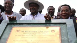 Le président ougandais Yoweri Museveni à Hoïma, lors de la pose de la première pierre de l'oléoduc devant relier la ville au port tanzanien de Tanga, le 11 novembre 2017.