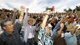 Plus de 20 000 personnes ont  manifesté sur l'île d'Okinawa, le 8 novembre 2009.