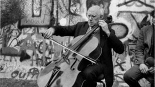 Le violoncelliste Mstislav Rostropovitch devant le Mur de Berlin en 1989.