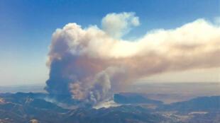 Vista aérea de incêndio florestal próximo de Santa Maria, na Califórnia.