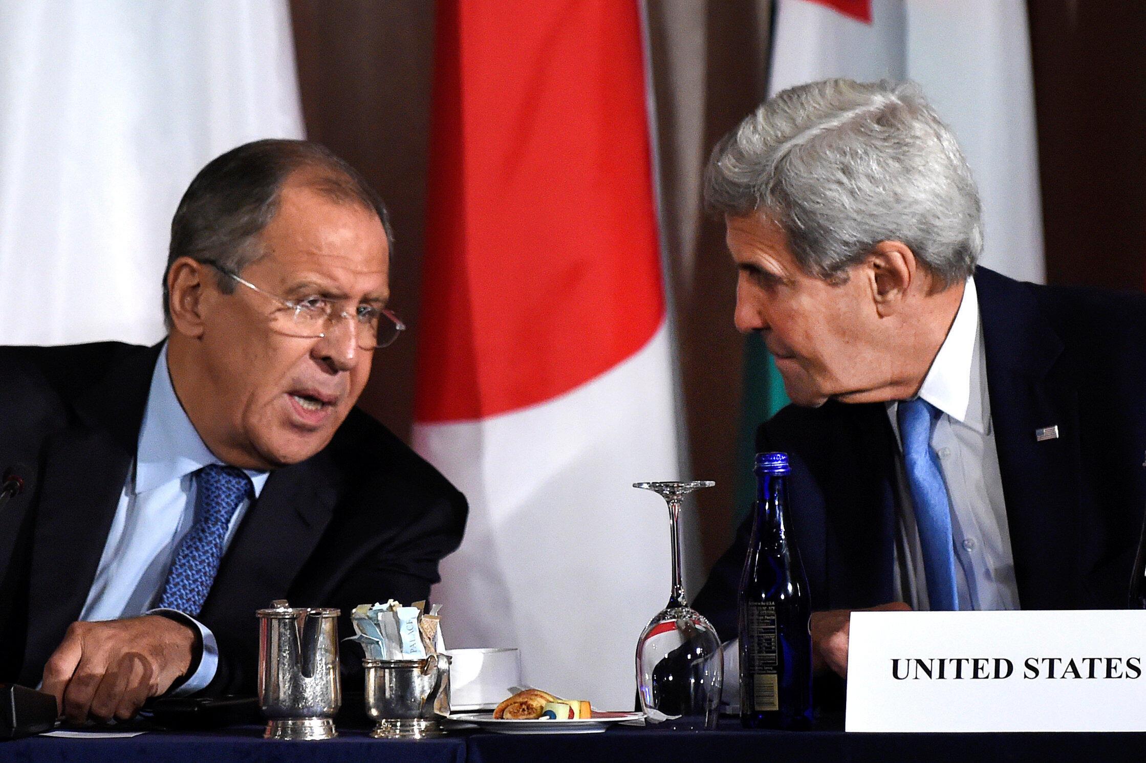 2016年9月22日,美國國務卿約翰·克里與俄羅斯外長拉夫羅夫,在美國紐約曼哈頓的皇宮酒店舉行的敘利亞國際會議上交談。