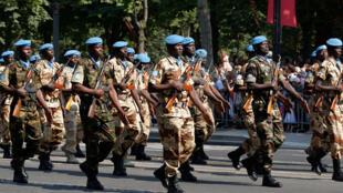 Une unité de la Minusma a défilé pour le 14 juillet 2013 sur les Champs-Elysées à Paris.