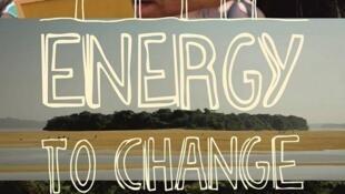"""O documentário """"Energy to Change""""  fala sobre sustentabilidade energética."""