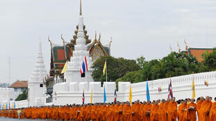 Hàng trăm nhà sư đến mừng 70 năm trị vì của Quốc vương Bhumibol Adulyadej tại hoàng cung.