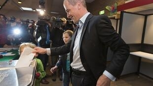 Légende : Diederik Samsom, le chef du Parti travailliste, vote aux élections législatives, dans un bureau de vote à Leiden, aux Pays-Bas, le 12 septembre 2012.