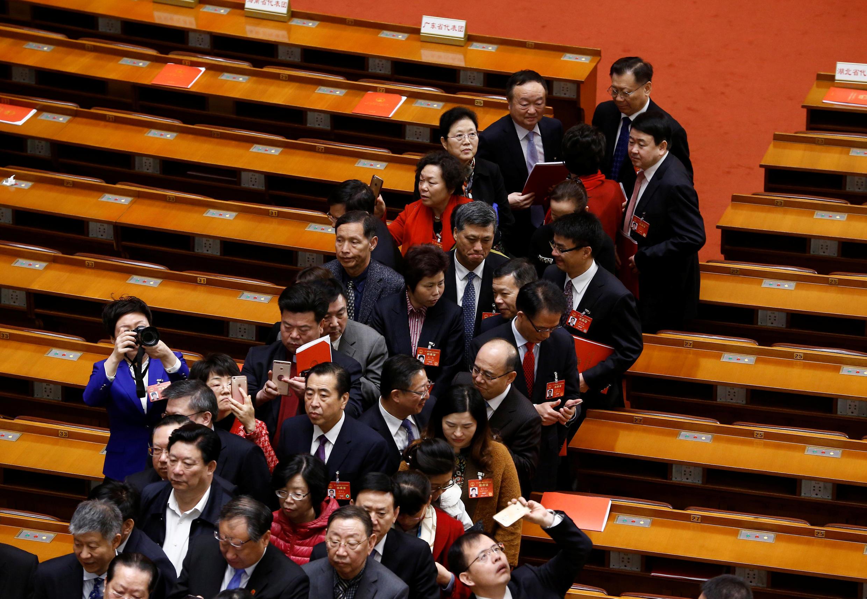 中国全国人大15日闭幕,代表们散会后正在走出人民大会堂。