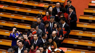 中國全國人大15日閉幕,代表們散會後正在走出人民大會堂。