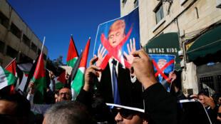 Des Palestiniens manifestent contre la décision du président américain Donald Trump de reconnaître Jérusalem comme capitale d'Israël, le 9 décembre 2017.