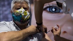 Un homme vacciné à Jérusalem, le 11 janvier.