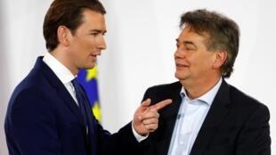 Le chef du Parti vert autrichien Werner Kogler (D) et le chef du Parti populaire (OeVP) Sebastian Kurz après leur déclaration à Vienne, le 2 janvier 2020.