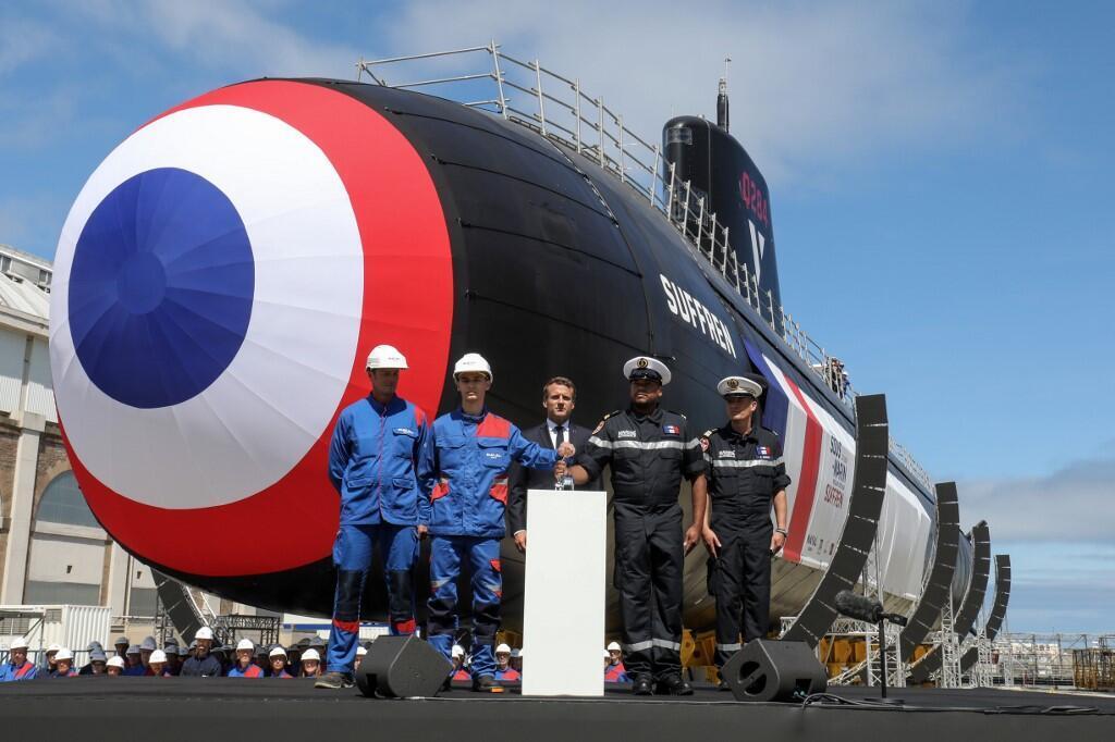 """مراسم رسمی افتتاح زیردریایی """"سوفرن""""، اولین زیردریایی از مجموعه ۶ زیردریایی جدید اتمی فرانسه، توسط رئیس جمهوری این کشور امانوئل ماکرون، روز جمعه ٢١ تیر/ ١٢ ژوئیه ٢٠۱٩ در بندر شربورگ برگزار شد."""