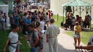 Перед зданием российской Федеральной миграционной службы в Белгороде 09/06/2014