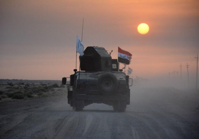 Des forces militaires pro-gouvernementales sur une piste désertique, le 10 octobre 2016.
