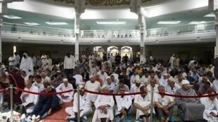 """گروهی ازاعضای جامعه مسلمان فرانسه در مسجد بزرگ شهر """"لیون"""" واقع در جنوب شرقی این کشور."""