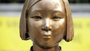 中韩艺术家共同制作的慰安妇少女像雕塑