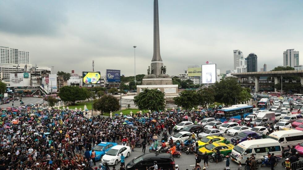 泰国首都曼谷的示威人群 Pro-democracy protesters gather at Victory Monument in Bangkok to rally for the fourth consecutive day in defiance of an emergency decree banning gatherings