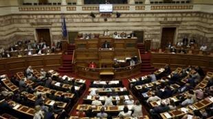 O premiê grego, Alexis Tsipras, se dirige ao Parlamento grego, em Atenas, em 23 de julho de 2015.