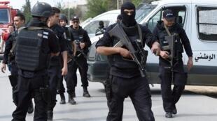 Vikosi maalum vya Tunisia vikitumwa katika kitongoji cha Oued Ellil baada ya makabiliano ya kijeshi kati ya kundi la watu wenye silaha na polisi, Oktoba 23 mwaka 2014.