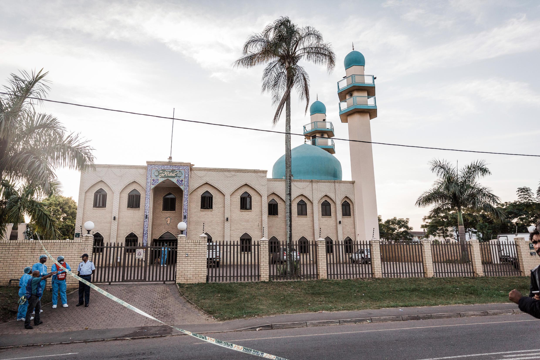 Polisi kwenye lango wa msikiti ambapo watu wasiojulikana walishambulia waumini kwa visu, katika mji wa Durban, Mei 10, 2018. Imam aliuawa na watu wawili walijeruhiwa vibaya.
