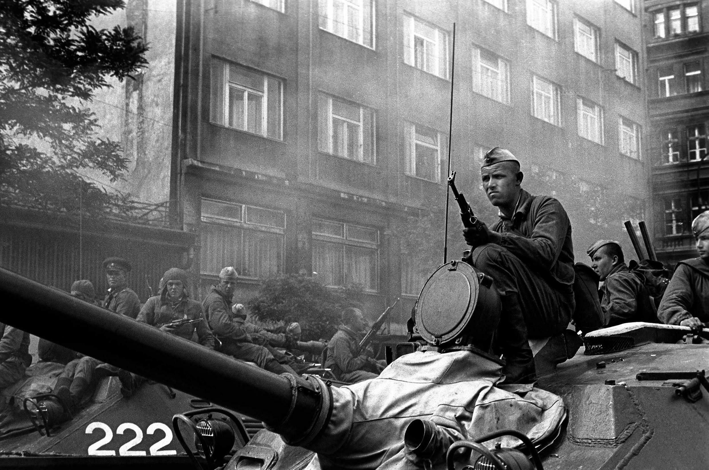 Chars devant le siège de la radio tchécoslovaque à Prague.