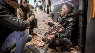 Des bénévoles discutent avec un sans-abri à Lens, en France.