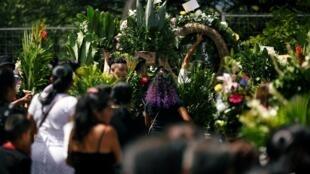 Familiares e amigos participam do funeral de Oscar Alberto Martinez Ramirez e sua filha Valeria, que morreram afogados durante travessia em rio na fronteira com o México