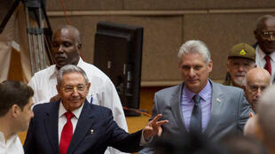 El presidente cubano Raul Castro (izquierda) y su sucesor, Miguel Díaz-Canel en la Asamblea Nacional, 18 de abril de 2018, La Habana. .