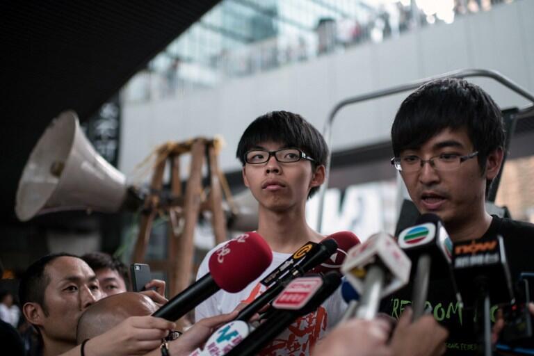 Joshua Wong và Alex Chow (phải) hai lãnh đạo phong trào sinh viên đòi dân chủ - AFP / Alex Ogle
