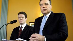 L'ancien Premier ministre islandais Geir Haarde, aux côtés du ministre du Commerce Bjorgvin Sigurdsson, lors de leur conférence de presse le 7 octobre 2008.