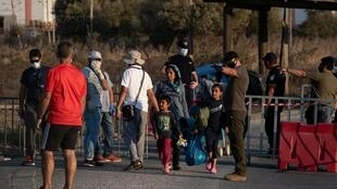 Une famille des migrants arrive devant un camp provisoire après la destruction de celui de Moria sur l'île grecque de Lesbos.