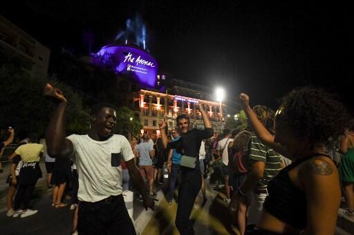 La gente baila durante el set del DJ y productor francés The Avener, el primer concierto público en Niza desde el confinamiento debido al nuevo coronavirus, para celebrar el fin de la emergencia sanitaria el 11 de julio de 2020, en Niza, en el sur de Francia.