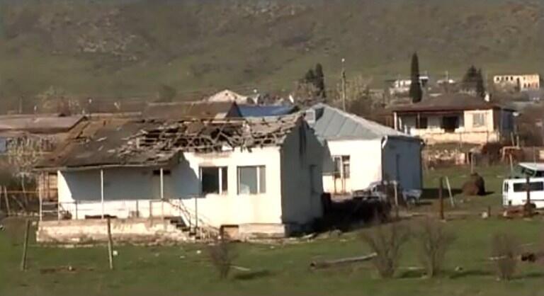Разрушенные дома на территории Нагорного Карабаха в результате обострения вооруженного противостояния между Баку и Ереваном. 2 апреля 2016. Кадр видеосъемки Министерства оброны НКР