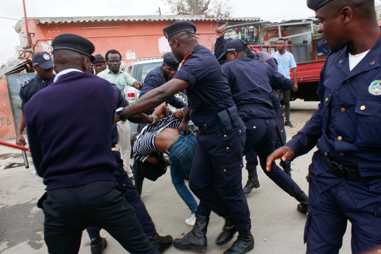 Polícia reprime activistas frente ao parlamento em Luanda, 15 de Outubro 2019
