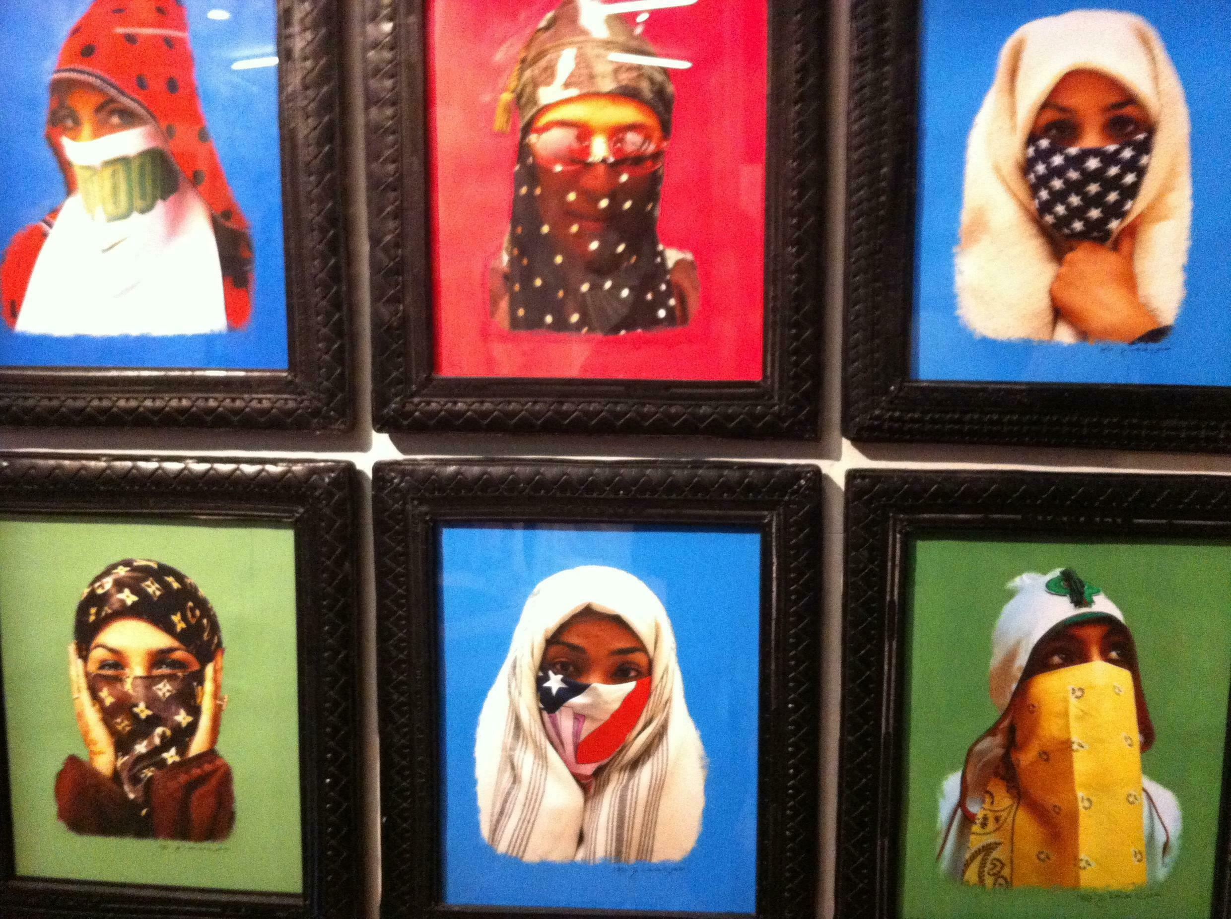 Photographies numériques peintes (Maroc, 2010) de Hassan Hajjaj , exposées au MuCEM : « Hayat In Veil In Pink – Blue Camo Veil In Blue – Y Bandana Veil In Green – Puma Veil in Blue – Peace in Blue – Just Do It In Blue – Stars Veil In Blue – Saida In Green