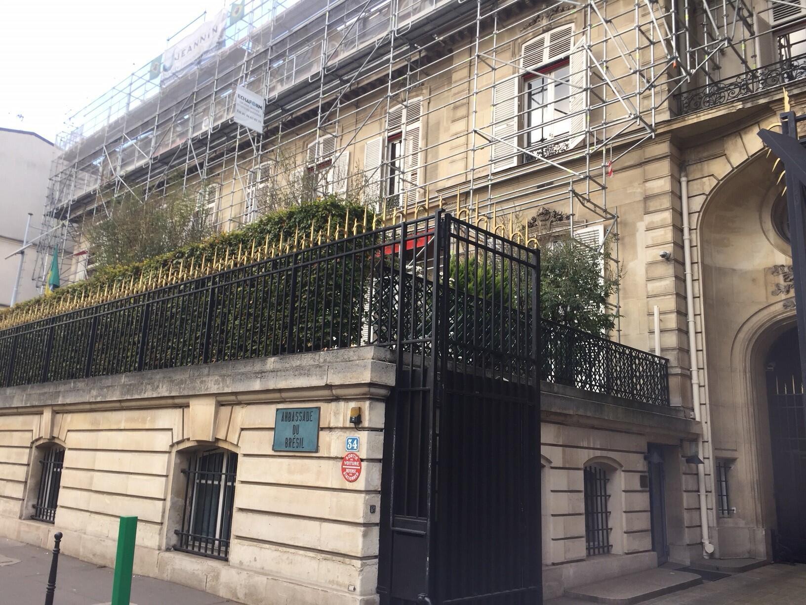 Embaixada do Brasil em Paris, tombada patrimônio histórico, está coberta por andaimes.