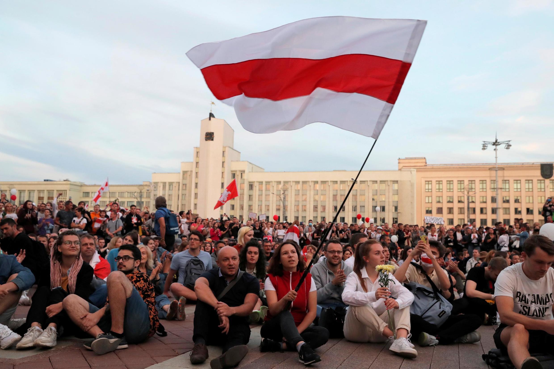 Manifestation de l'opposition pour protester contre les violencse policières et pour rejeter les résultats de l'élection présidentielle près de la maison du gouvernement sur la place de l'indépendance à Minsk, en Biélorussie, le 14 août 2020.